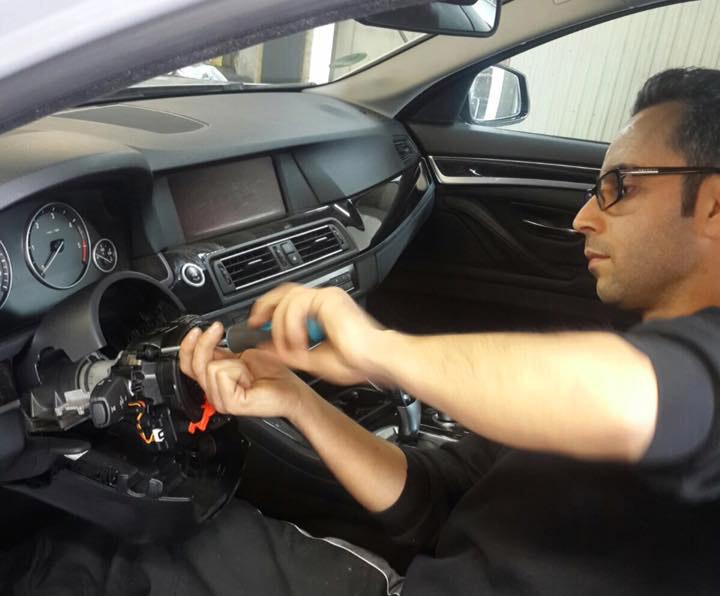 Kfz Mechanikermeister Hasan Balaban bei der Arbeit im Cockpit